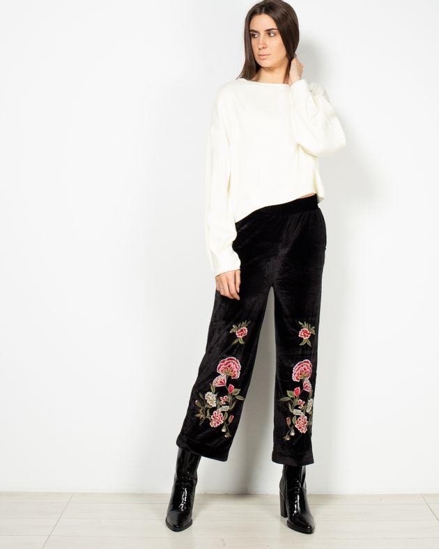 Pantaloni-din-catifea-cu-buzunare-si-model-brodat-in-partea-de-jos-1950370001
