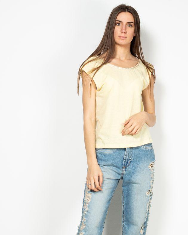 Bluza-fara-maneci-cu-model-brodat-si-detalii-aplicate-la-baza-gatului-1947802021
