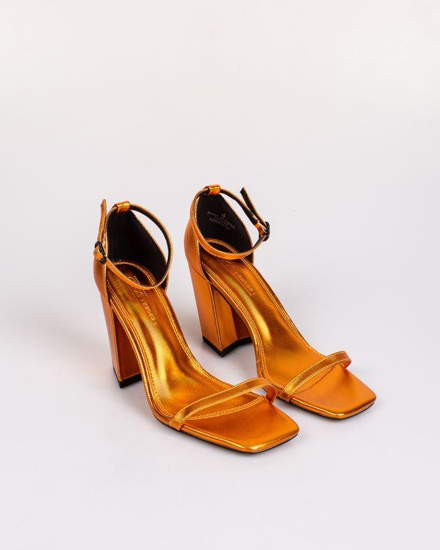 Sandale-cu-toc-bloc-si-barete-subtiri-cu-catarama