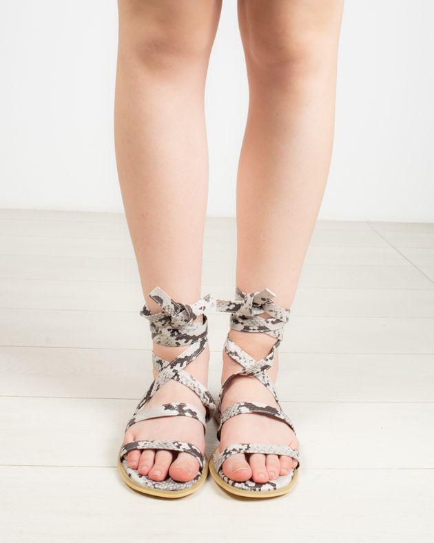 Sandale-cu-print-si-snur-pe-picior