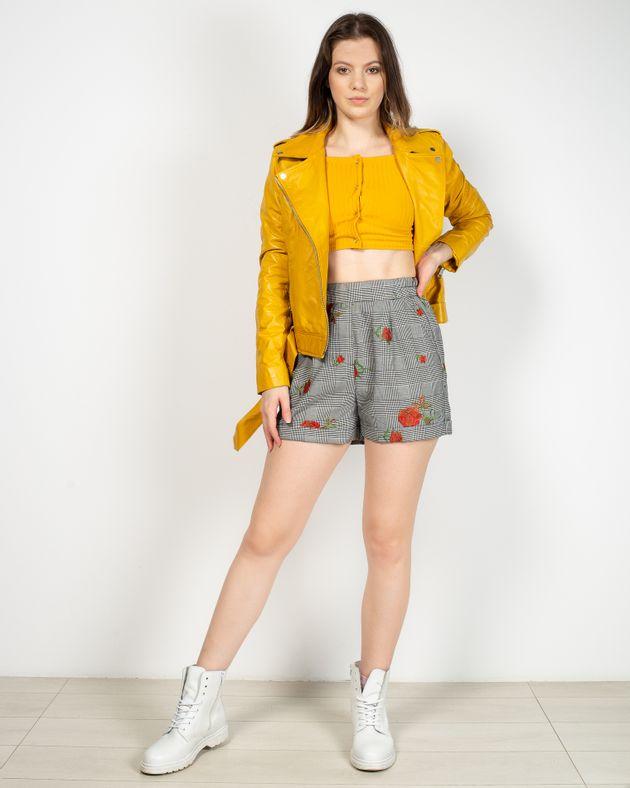 Pantaloni-scurti-in-carouri-cu-detalii-florale-cusute