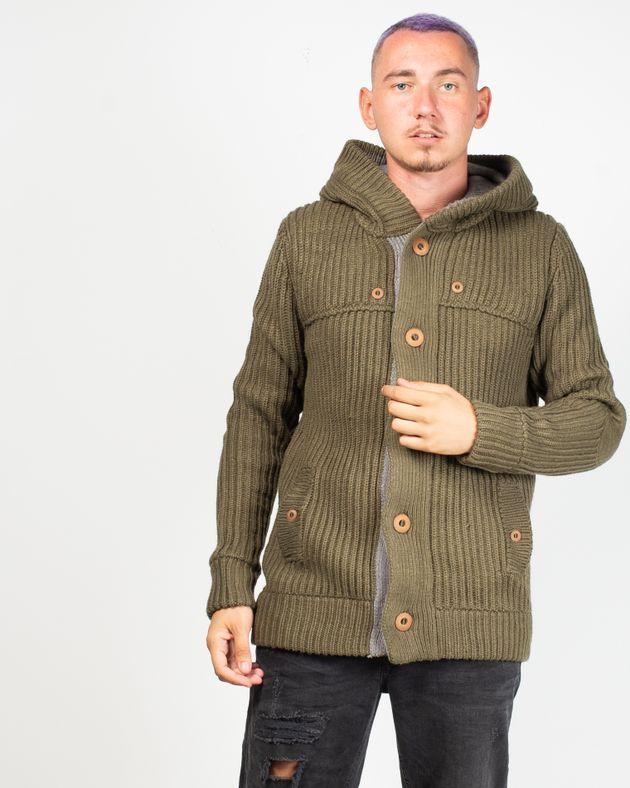 Cardigan-tricotat-foarte-gros-cu-gluga-si-nasturi