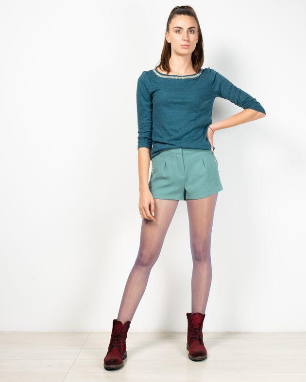 Pantaloni-scurti-cu-aplicatii-metalice-la-buzunare