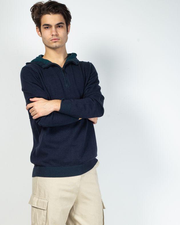Pulover-tricotat-cu-fermoar-la-baza-gatului-si-gluga