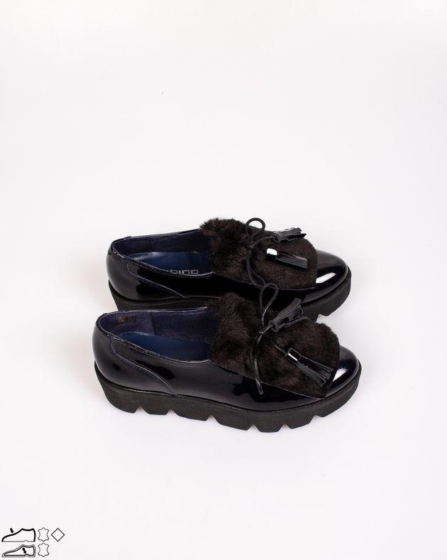 Pantofi-din-piele-naturala-lacuiti-cu-blana-aplicata-si-ciucuri