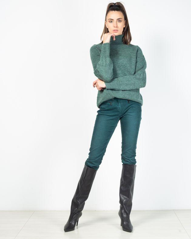 Pantaloni-raiati-cu-buzunare-prevazute-cu-fermoar