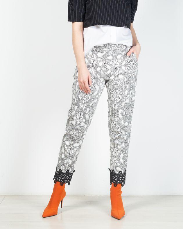 Pantaloni-cu-buzunare-si-broderie-aplicata-in-partea-de-jos