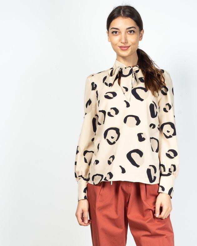 Bluza-cu-imprimeu-si-guler-prevazut-cu-snur