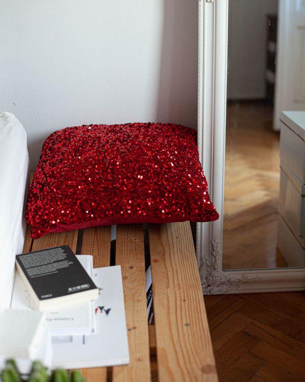 Perna-decorativa-rosie-din-catifea-cu-paiete-aplicate